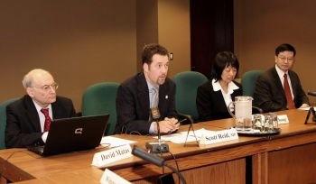 Член парламента Скотт Рэйн (второй слева), лидер парламентской группы друзей Фалуньгун и председатель международного подкомитета по правам человека, организовал форум по правам человека в Китае, проходивший 29 мая 2009 г. в Оттаве. Фото: Самира Буау /Великая Эпоха