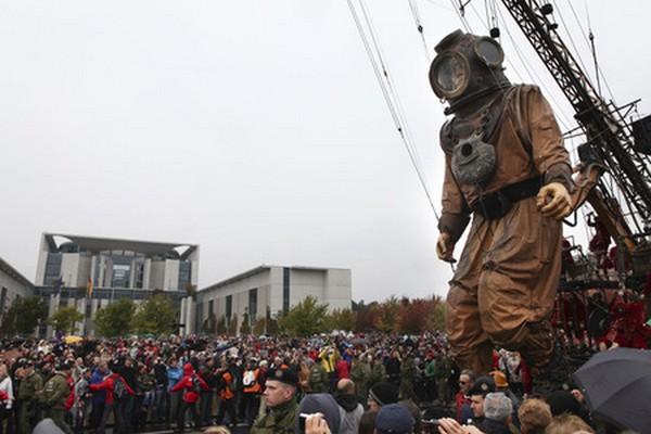 Ко дню объединения Германии две гигантских куклы гуляют по Берлину. Фото: AP Photo /Maya Hitij