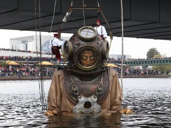Сотрудники театра под открытым небом Royal De Luxe вытащили из реки Шпрея 9,5-метровую марионетку. Фото: AP Photo /Maya Hitij