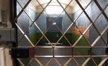 Снимок, сделанный 18 августа 2009 года в тюрьме в Орлеане,в центральной Франции, во время визита французского министра юстиции Мишель Эллиот-Мари, которая объявила в этот день о мерах по предотвращению самоубийств в тюрьме. Фото: Alain Jocard /AFP /Getty Images