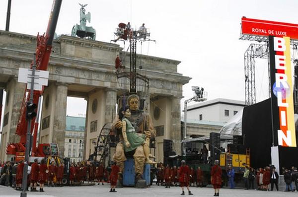 Встреча гигантов перед Бранденбургскими воротами. Фото: AP Photo /Maya Hitij