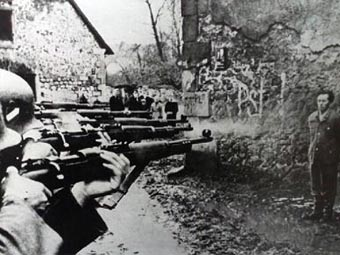 Расстрел немецкого дезертира. Фото с hondbijthond.nl