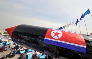 Северокорейский агитационный плакат. Фото: KIM JAE-HWAN/AFP/Getty Images