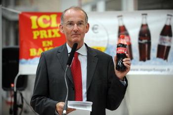 Президент французского подразделения компании Coca-Cola Entreprise Жан-Пьер Багар на открытии новой сборочной линии 6 июля 2009. Фото: REMY GABALDA/AFP/Getty Images
