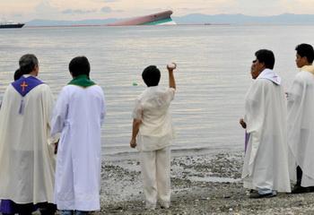 Одно из самых крупных крушений судов на Филиппинах. Фото:  JAY DIRECTO/AFP/Getty Images