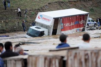 По меньшей мере 31 человек погиб в результате наводнения на северо-западе Турции. Фото: BULENT KILIC/AFP/Getty Images