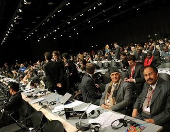 В саммите участвуют около 15000 человек из 193 стран, стремящихся к выработке глобального климатического договора. Фото ADRIAN DENNIS/AFP/Getty Images