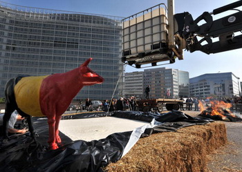 Белое озеро образовалось в Брюсселе перед зданием Еврокомиссии. Фото: GEORGES GOBET/AFP/Getty Images