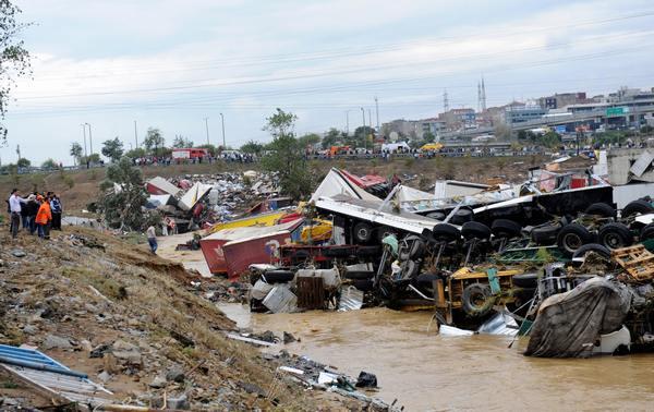 Последствия урагана Кетсан, город Истамбул, (29.09.2009) Фото: BULENT KILIC/AFP/Getty Images