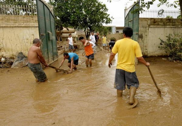 Последствия урагана Кетсан в городе Марикине в Маниле (28.09.2009).  Фото: JAY DIRECTO/AFP/Getty Images