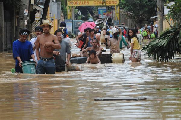 Последствия урагана Кетсан. Люди бегут из города.  Фото: MIKE CLARKE/AFP/Getty Images