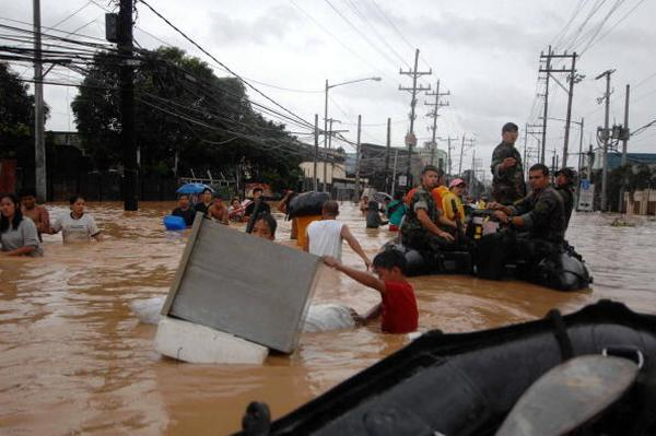 Спасательные работы в Маниле (27.09.2009). Фото:  Petty Officer 2nd Class William Ramsey/U.S. Navy via Getty Images