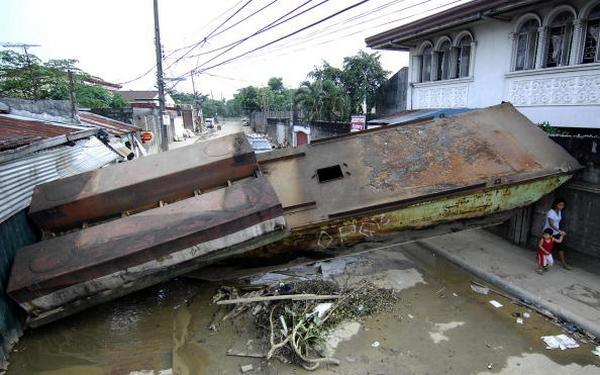 Последствия урагана Кетсан в городе Марикине в Маниле (30.09.2009).  Фото:NOEL CELIS/AFP/Getty Images