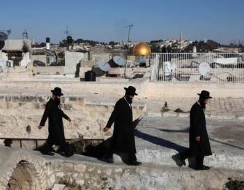 Ортодоксальные евреи идут на крыше в старом городе Иерусалима. Недовольства вспыхнули между Израилем и Европейским союзом по проекту предложение ЕС.  Фото:  GALI TIBBON/AFP/Getty Images