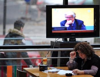 Трибунал над Караджичем транслировался по ТВ.. Фото: ELVIS BARUKCIC/AFP/Getty Images