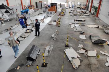 Исследуются останки самолёта Airbus A330 потерпевшего крушение. Фото: ERIC CABANIS/AFP/Getty Images