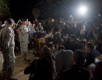 Генерал Роберт Кон (Robert Cone) выступает на пресс конференции после кровавой бойни. KILLEEN, TX..  Фото: Ben Sklar/Getty Images