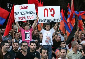 Протест против действий президент Армении Сержа Саргсяна  в Ливане. Фото: RAMZI HAIDAR/AFP/Getty Images