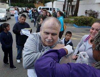 Вакцинация против свиного гриппа (H1N1 ) в Сант Пабло, США.  Фото: Justin Sullivan/Getty Images
