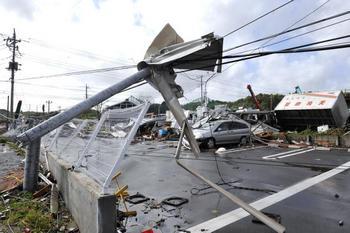 Разрушения тайфуна Melor 70 километров от Токио.  Фото: JIJI PRESS/AFP/Getty Images