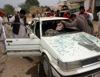 10 человек погибли и не менее 20 получили ранения в результате взрыва смертника на окраине пакистанского города Пешавар. Фото: HASHAM AHMED/AFP/Getty Images