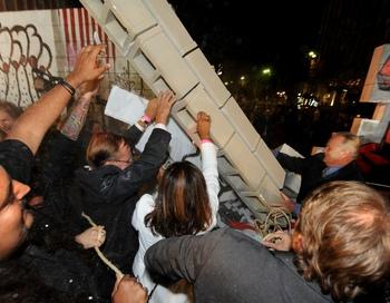 Воспроизведение разрушения Берлинской стены. Фото: MARK RALSTON/AFP/Getty Images