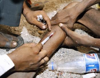 Ежегодно в страны западной Африки, в особенности в Гвинею-Биссау, поступает 50-60 тонн кокаина, а в восточную Африку из Афганистана ввозится 30-35 тонн героина. Фото: SAJJAD HUSSAIN/AFP/Getty Images