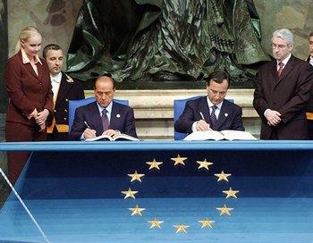 Глава МИД Италии Франко Фраттини заявил журналистам, что Рим может в ближайшие месяцы внести предложение о либерализации визового режима для граждан России. Фото: Governo Italiano-Pool/Getty Images
