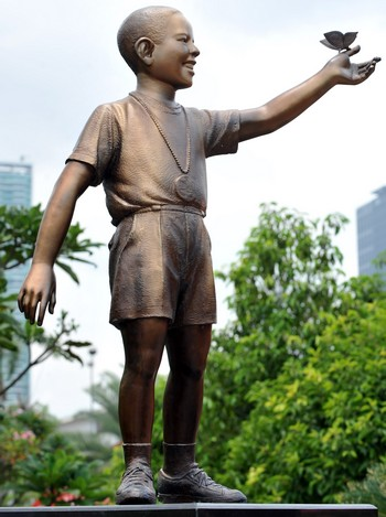 Статуя Обаме в детстве, когда ему было 10 лет, памятник был открыт  в Джакарте 10.12.2009. Фото: ADEK BERRY/AFP/Getty Images