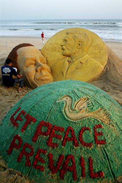 Песчаная скульптура, автор которой художник  Sudersan Pattnaik из Индии, изображает присуждение Бараку Обаме Нобелевской премии за вклад дела мира. Фото: STR/AFP/Getty Images