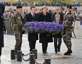 Ангела Меркель первой из канцлеров Германии отмечает День перемирия присутствием на главной памятной церемонии во Франции.  Фото: ERIC FEFERBERG/AFP/Getty Images