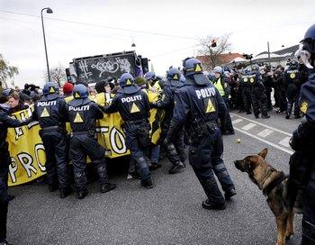 Более 200 человек были задержаны полицией. Фото: ADRIAN DENNIS/AFP/Getty Images