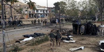 На месте теракта в Кабуле. Фото: SHAH MARAI/AFP/Getty Images
