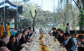 Обед с главой китайского правительства Вэнь Цзябао. После Китая Барак Обама направится в Южную Корею в рамках недельного турне по странам азиатского региона. Фото: MANDEL NGAN/AFP/Getty Images
