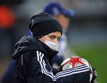 Свиной грипп в Киеве. Болельщики на футбольном матче вынуждены быть в масках.  Фото: SERGEI SUPINSKY/AFP/Getty Images