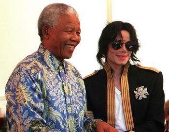 Легендарный Нельсон Мандела и Майкл Джексон в 1999 году.  Фото: ANNA ZIEMINSKI/AFP/Getty Images