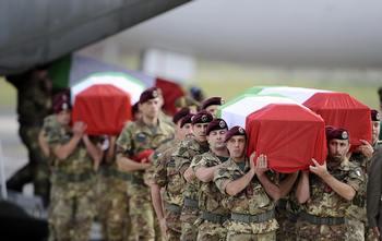 Убитых в Кабуле шести солдат тела доставлены в Италию. Фото:  FILIPPO MONTEFORTE/AFP/Getty Images