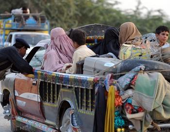 Местное население продолжает покидать свои дома. Уехали уже более 150 тысяч человек. Фото  AAMIR QURESHI/AFP/Getty Images