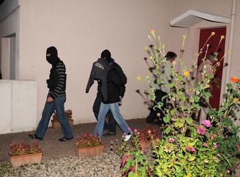 Задержание подозреваемого в отправке пуль президенту страны Николя Саркози и другим высокопоставленным лицам Франции. Фото: PASCAL GUYOT/AFP/Getty Images