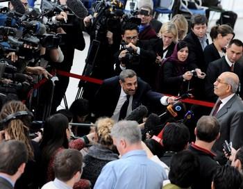 Репортёры из Франции, Ирана, России и США слушают речь Мухаммеда Эль Барадеи. Фото  SAMUEL KUBANI/AFP/Getty Images