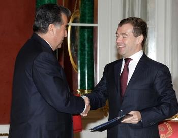 Пресс-служба Рахмона накануне визита сообщила, что переговоры с российским руководством будут касаться прежде всего