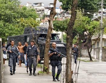 Причиной столкновений стали разборки двух конкурирующих группировок наркоторговцев в одном из бедных районов в северной части города. Фото  ANTONIO SCORZA/AFP/Getty Images