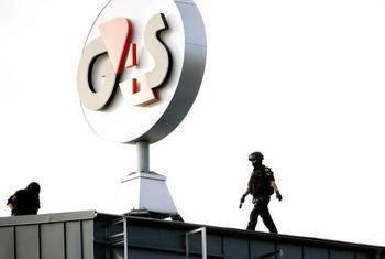 Полиция осматривает место приземления вертолёта на крыше охранной фирмы  G4S после ограбления.  Фото: PONTUS LUNDAHL/AFP/Getty Images