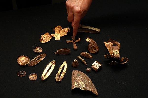 Экспонаты англо-саксонской коллекции, найденной в Стаффордшире и размещённой в Бермингемском музее Англии. Фото: Christopher Furlong/Getty Images