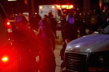 Полисмен арестовал женoину,  пытающуюся протестовать против Саммита G-20. Фото: John Moore/Getty Images