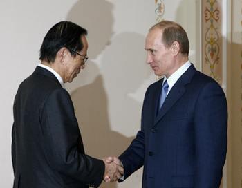 Премьер министр Японии Yasao Fukuda на встрече с Путиным. Фото: MIKHAIL METZEL/AFP/Getty Images