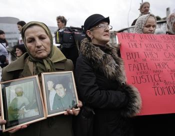 Защитники Караджича всегда отрицали его вину по всем этим пунктам и утверждали, что в качестве боснийско-сербского политического лидера единственное, чего он хотел, это было добиться мира и защитить свой народ. Боснийские женщины вышли протестовать.  Фото  RICK NEDERSTIGT/AFP/Getty Images