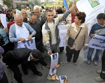 Суд, которого тысячи людей ждали более 10 лет, так и не начался: бывший лидер боснийских сербов Радован Караджич не явился в зал заседаний Международного уголовного трибунала по бывшей Югославии. Фото: ELVIS BARUKCIC/AFP/Getty Images