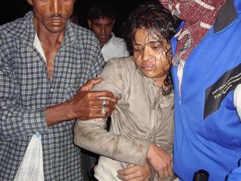 Пассажирский паром, на борту которого находилось более 1000 человек, перевернулся на юге Бангладеш. По меньшей мере, 33 человека погибли. Фото:  STR/AFP/Getty Images