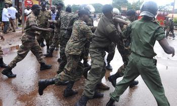 Около 90 человек погибли при разгоне демонстрации в столице Гвинеи Конакри. Фото: SEYLLOU/AFP/Getty Images